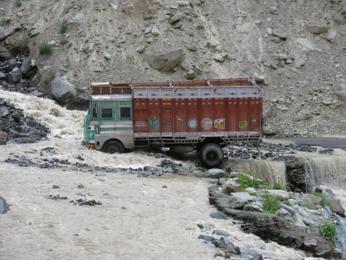 Truck stuck in Barlacha La pass