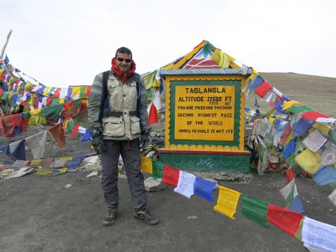 Tanglang La pass (5300m). Couldn't go into the temple here